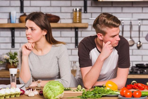 Casal jovem chateado em briga na cozinha Foto gratuita