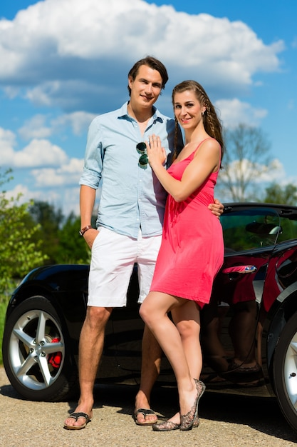 Casal jovem com cabriolet no verão em viagem de um dia Foto Premium