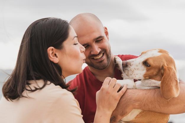 Casal jovem com cachorro Foto Premium