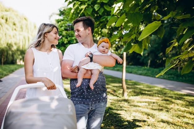 Casal jovem com sua filha bebê no parque Foto gratuita