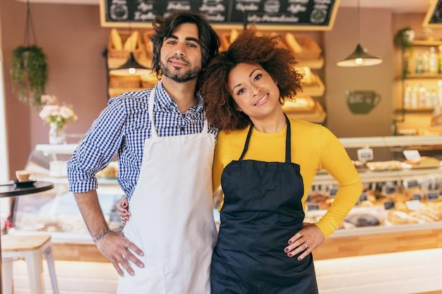Casal jovem empreendedor, eles acabaram de abrir sua padaria. Foto Premium