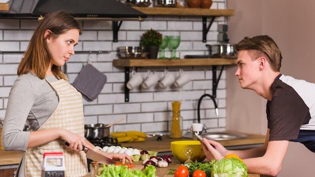 Casal jovem frustrado olhando uns aos outros Foto gratuita