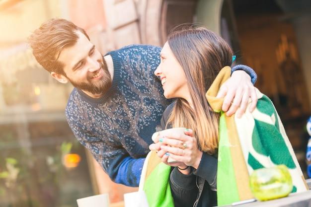 Casal jovem hippie em um café Foto Premium
