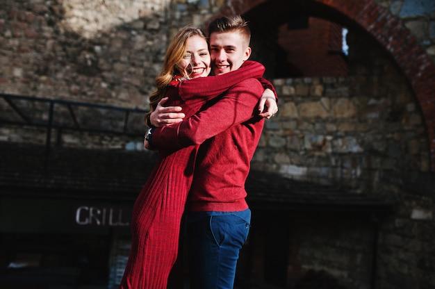 Casal jovem lindo moda elegante em um vestido vermelho em história de amor na cidade velha Foto Premium