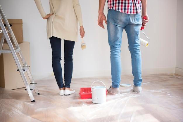 Casal jovem pintando paredes Foto gratuita