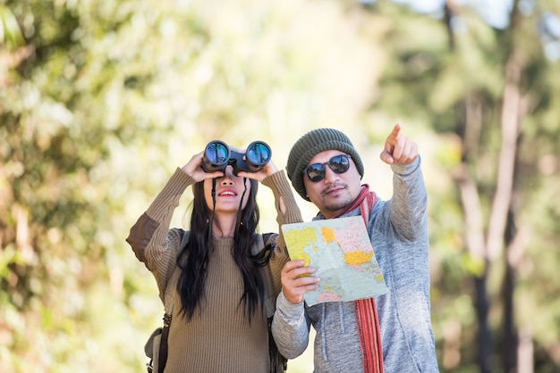 Casal jovem turista viajar na floresta de montanha Foto gratuita