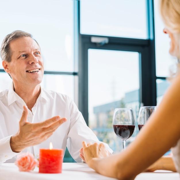 Casal juntos durante o jantar romântico Foto gratuita