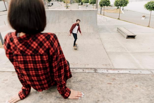 Casal juntos no skate park Foto gratuita