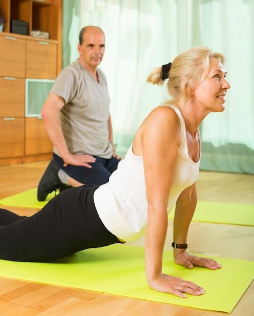 Casal maduro fazendo exercícios Foto gratuita