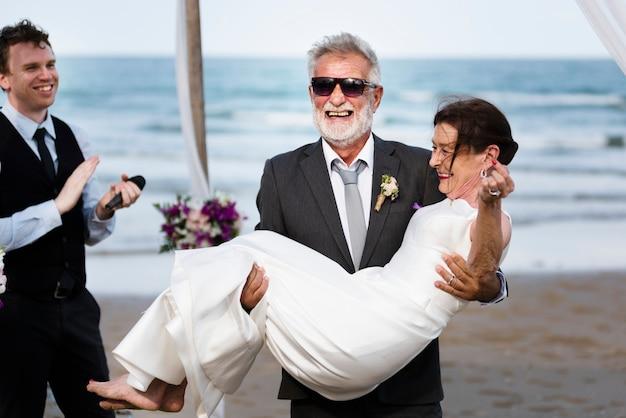 Casal maduro jovem se casar na praia Foto Premium