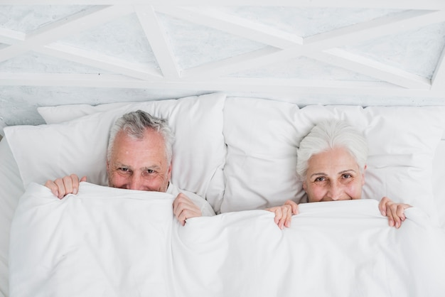 Casal mais velho posando para uma foto Foto gratuita