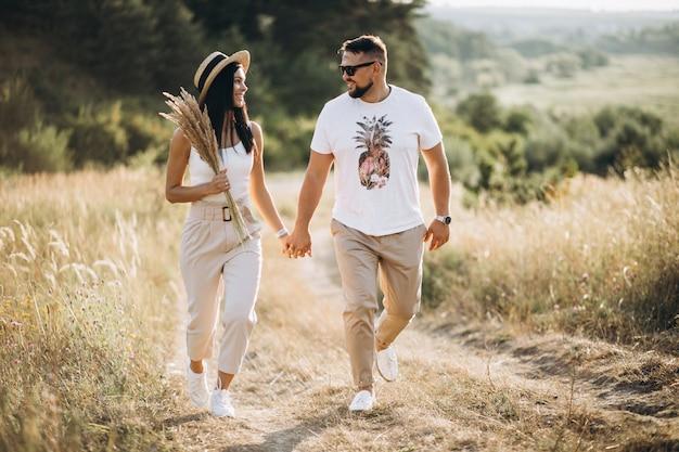 Casal maturo caminhando juntos no campo Foto gratuita