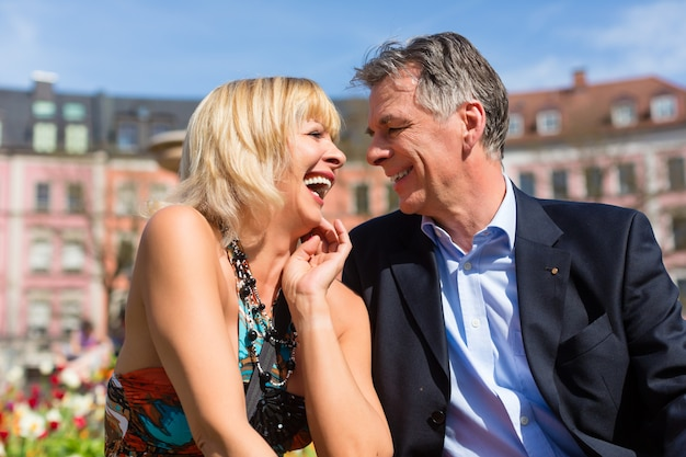 Casal maturo durante a primavera na cidade Foto Premium