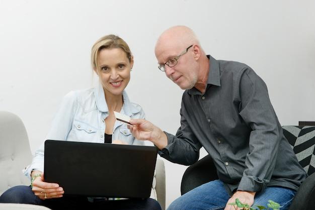 Casal maturo e-compras na internet Foto Premium