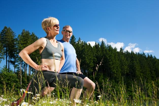 Casal maturo fazendo desporto ao ar livre Foto Premium