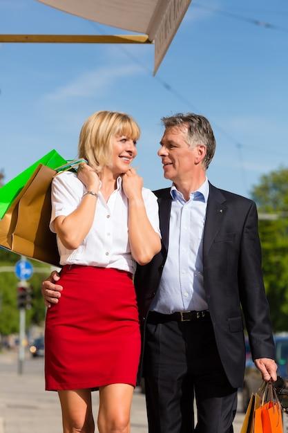 Casal maturo, passear pela cidade, fazer compras na primavera Foto Premium
