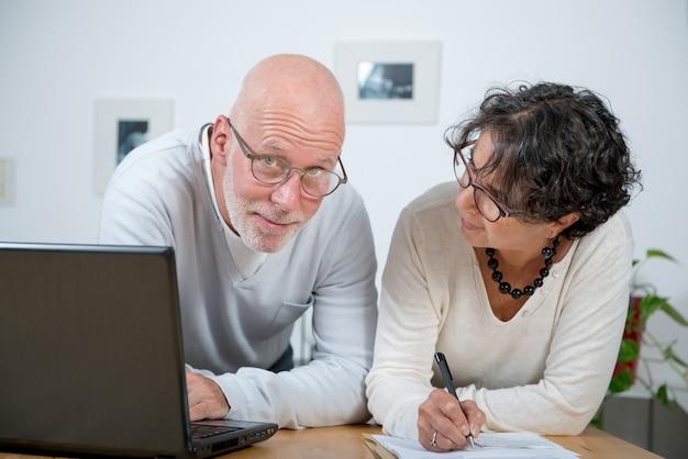 Casal maturo usando laptop Foto Premium