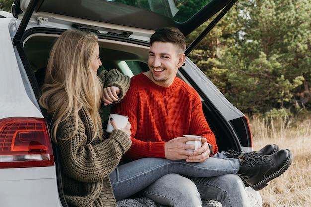 Casal mediano conversando Foto gratuita
