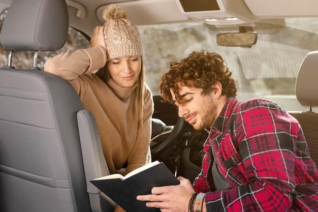 Casal mediano lendo juntos Foto Premium