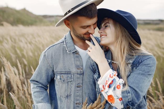 Casal muito bonito em um campo de trigo Foto gratuita
