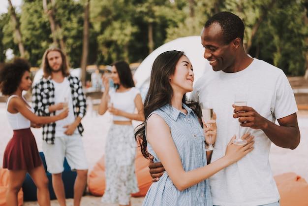 Casal multirracial romântico bebendo champanhe Foto Premium