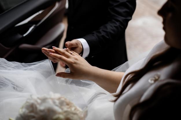 Casal na cerimônia de casamento na igreja Foto gratuita