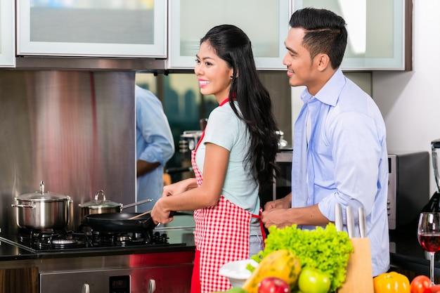 Casal na cozinha cozinhar comida Foto Premium