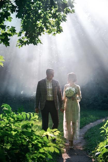 Casal no parque no meio do nevoeiro Foto Premium