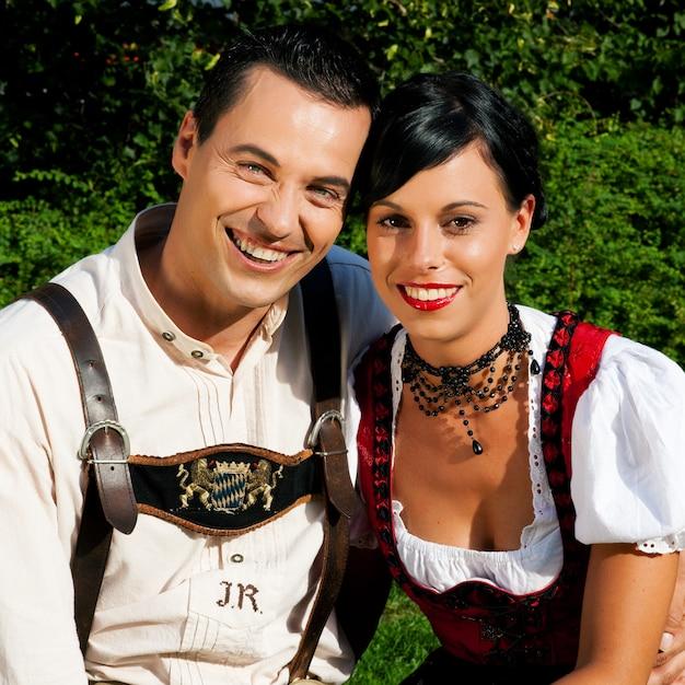 Casal no vestido tradicional da baviera no verão Foto Premium