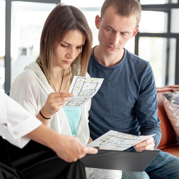 Casal olhando juntos em ofertas de casa Foto gratuita