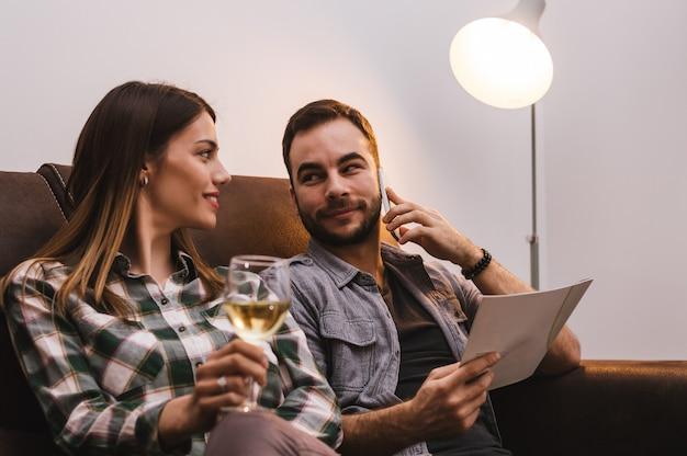 Casal pedindo comida de casa via celular Foto Premium