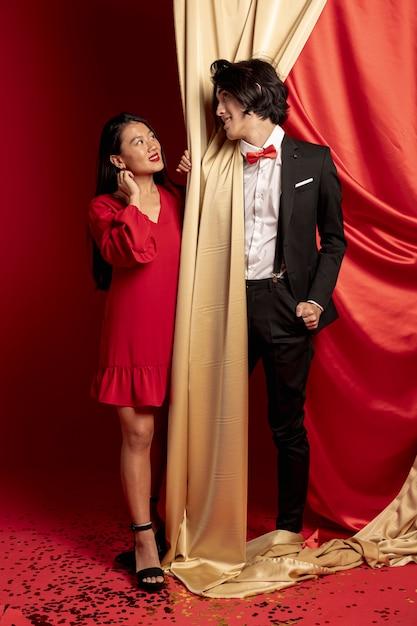 Casal posando olhando um ao outro para o novo ano chinês Foto gratuita