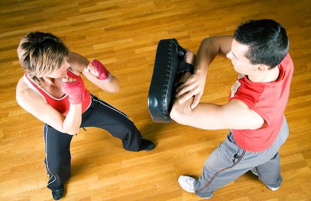 Casal praticando artes marciais Foto Premium