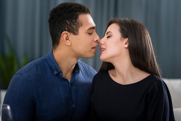 Casal quase se beijando dentro de casa Foto gratuita