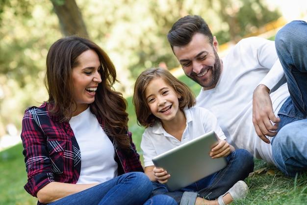 Casal rindo com sua filha e um laptop Foto gratuita