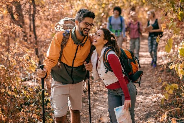 Casal rindo enquanto caminhava na floresta. Foto Premium