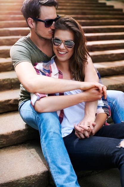 Casal romântico curtindo a cidade Foto gratuita