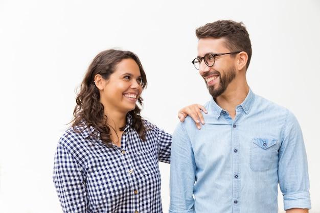 Casal satisfeito feliz conversando e rindo Foto gratuita