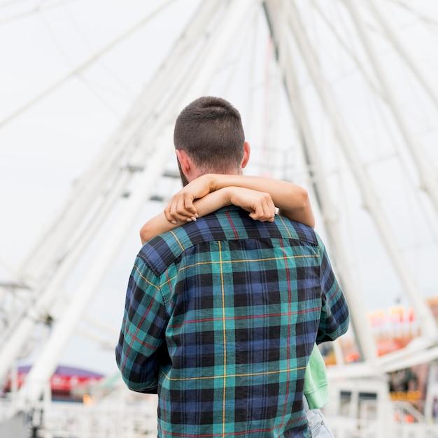 Casal se abraçando ao ar livre Foto gratuita