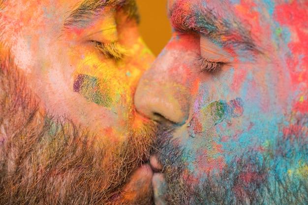 Casal se beijando do arco-íris pintado homens homossexuais Foto gratuita