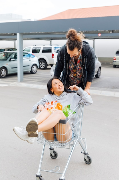 Casal se divertindo no estacionamento Foto gratuita