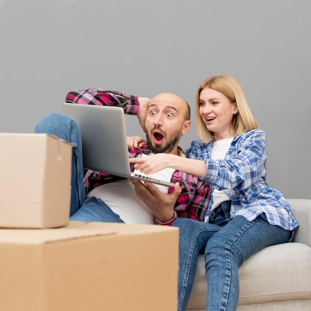 Casal se mudar para uma casa nova Foto gratuita