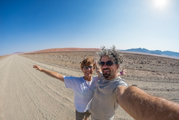 Casal selfie no deserto, namib naukluft national park Foto Premium