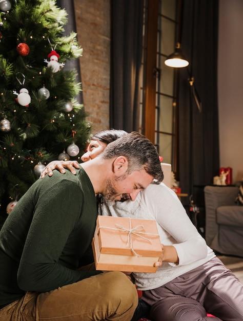 Casal sênior, abraçando e mostrando carinho Foto gratuita
