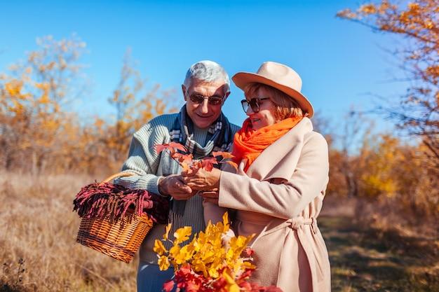 Casal sênior andando na floresta de outono. Foto Premium