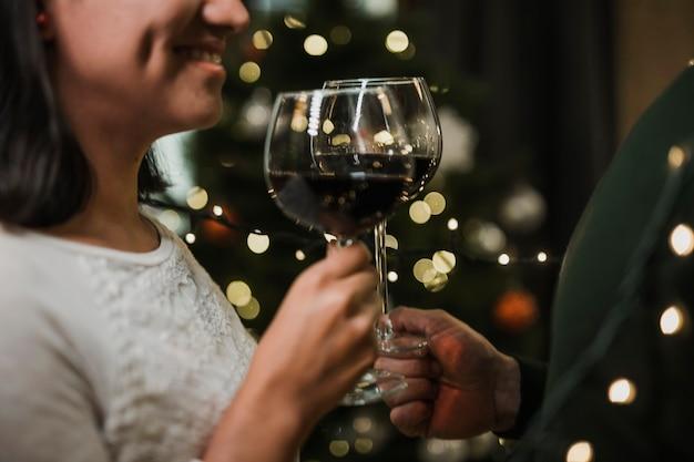 Casal sênior bebendo vinho juntos Foto gratuita