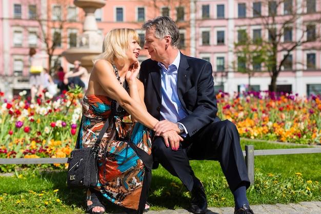 Casal sênior durante a primavera na cidade Foto Premium