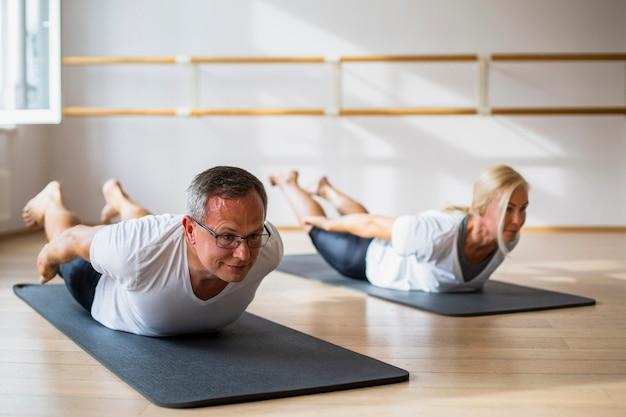 Casal sênior fazendo exercícios juntos Foto gratuita