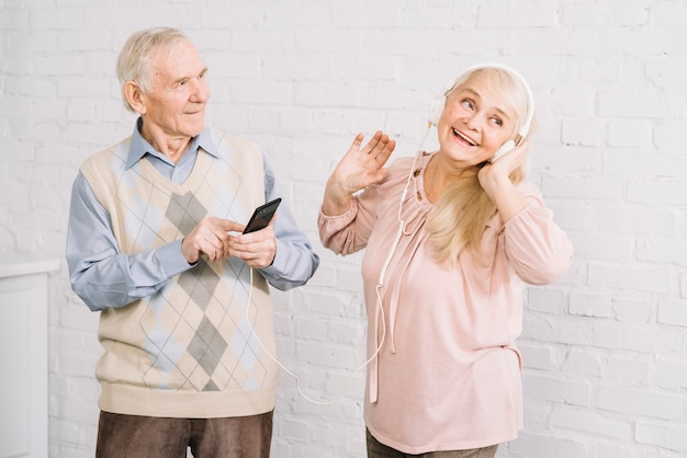 Casal sênior ouvindo música no smartphone Foto gratuita