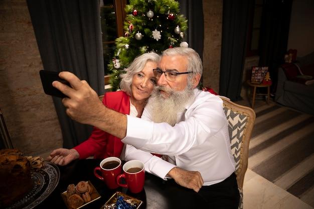 Casal sênior tomando uma selfie juntos Foto gratuita